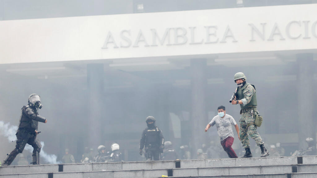 La policía antidisturbios y soldados desalojan a los manifestantes, amotinados en la Asamblea Nacional durante las protestas contra las medidas de austeridad del presidente de Ecuador, Lenin Moreno, en Quito, Ecuador, el 8 de octubre de 2019.