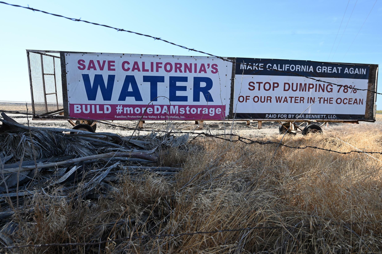 Carteles colocados en los que se pide salvar el agua de California, el 23 de julio de 2021 en Corcoran