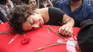 Une femme enterre un proche à Ankara, le 11 octobre, au lendemain de l'attentat le plus meurtrier de l'histoire de la Turquie.