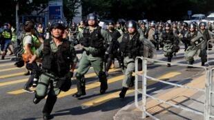 تقدم شرطة مكافحة الشغب خلال مسيرة مناهضة للحكومة في توين مون بهونغ كونغ، الصين - 21 سبتمبر/ أيلول 2019.