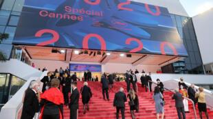 Des invités arrivent au Palais des Festivals pour l'édition spéciale 2020 du Festival de Cannes, le 27 octobre 2020