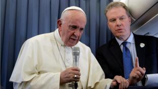 El papa Francisco mientras se dirigía a un grupo de periodistas durante su vuelo de regreso del viaje que realizó a Dublín, Irlanda, el 26 de agosto de 2018.