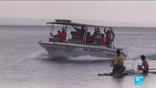 2020-01-15 17:11 Rescue workers race to evacuate residents and animals from Taal volcano danger zone