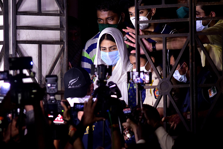 en-Bollywood Rhea Chakraborty (C) sort d'un interrogatoire lié au suicide de l'acteur Sushant Singh Rajput, à Bombay (Inde) le 7 août 2020