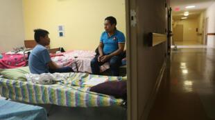 Un homme et son fils de 16 ans, se reposent ensemble dans un établissement après qu'ils ont été réunis le 26 juillet 2018 au Texas.