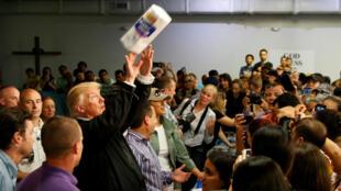 Donald Trump lors d'une distribution de produits de première nécessité aux victimes de l'ouragan de Porto Rico, le 3 octobre 2017.