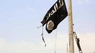 Un drapeau de l'organisation État Islamique à Raqqa, en Syrie.