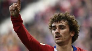 Le footballeur français Antoine Griezmann a signé pour cinq ans avec le FCBarcelone.