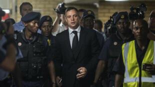 Oscar Pistorius lors de son arrivée au tribunal de Prétoria pour recevoir sa sentence, le 21 octobre 2014