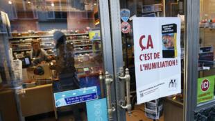 Un buraliste à Paris proteste contre le projet de paquet de cigarettes neutre, le 4 mars 2015.