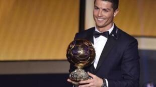 مثل غريمه ليونيل ميسي، كريستيانو رونالدو فاز خمس مرات بالكرة الذهبية