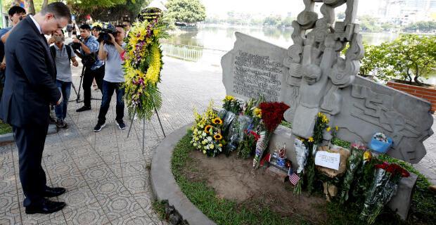 El embajador de los Estados Unidos en Vietnam, Daniel Kritenbrink,rinde homenaje a la memoria del fallecido senador estadounidense John McCain, en el Memorial McCain en Hanoi, capital de Vietnam, el 27 de agosto de 2018.