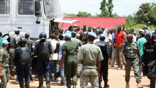 ضباط الشرطة وحفظة السلام يعتقلون أشخاصا يشاركون في احتجاج أمام البرلمان الانتقالي في 11 مايو 2015 في بانغي ، للمطالبة باستقالة رئيس المرحلة الانتقالية.