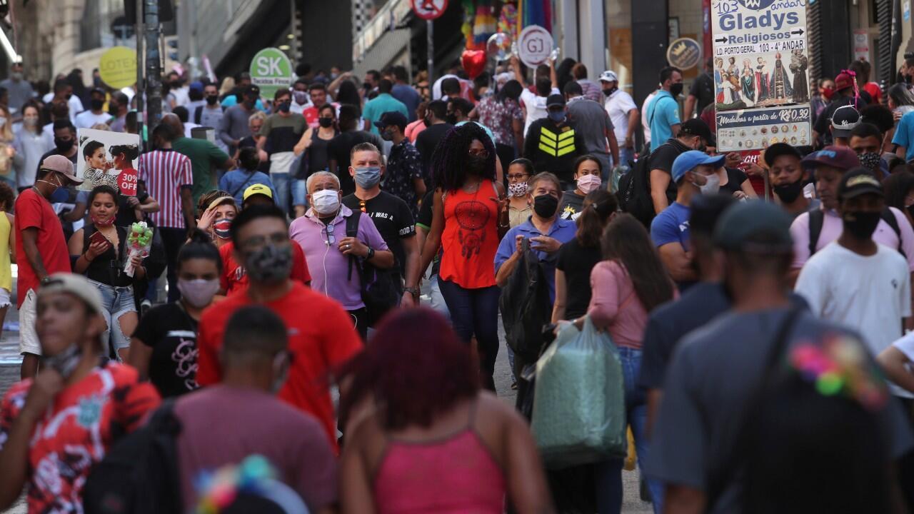 Decenas de ciudadanos caminan por una calle popular en Sao Pualo, Brasil, el 19 de junio de 2020.