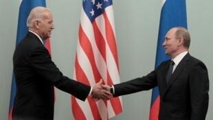 Imagen de archivo. El presidente ruso Vladimir Putin le da la mano a Joe Biden, durante su cargo como vicepresidente estadounidense, en una reunión en Moscú, Rusia, el 10 de marzo de 2011.