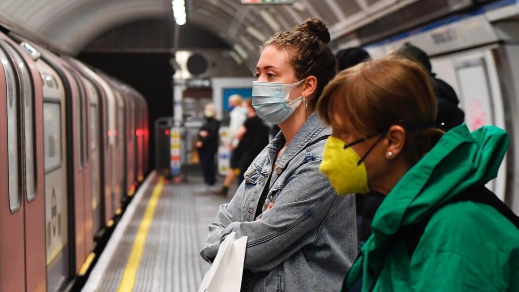 Dos ciudadanas aguardan el metro en Londres, Reino Unido, el 10 de julio de 2020 en medio de la pandemia por Covid-19.