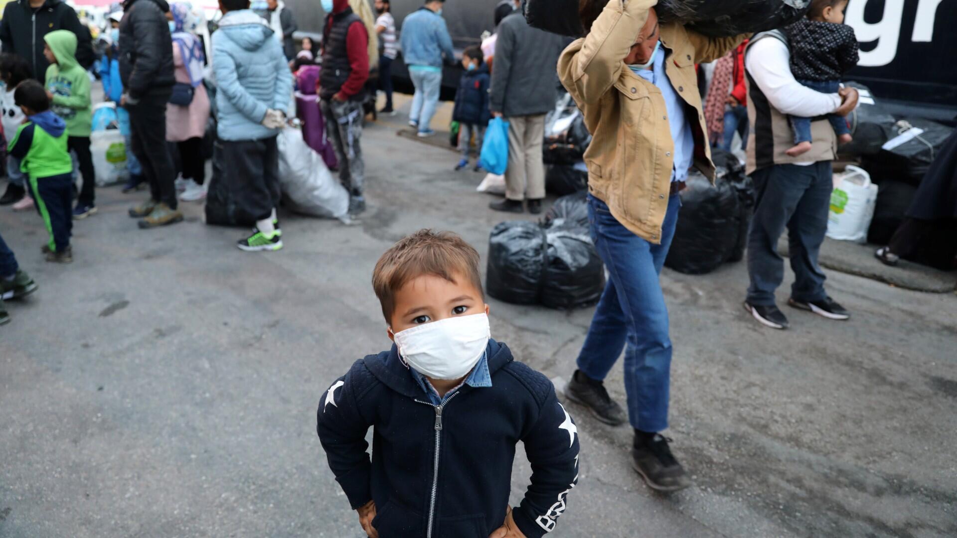 Un niño migrante del campamento de Moria en Lesbos espera para abordar un autobús en el puerto del Pireo en Atenas luego del brote de la enfermedad del coronavirus (COVID-19), Grecia, 4 de mayo de 2020.