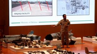 El portavoz del Ministerio de Defensa de Arabia Saudita, coronel Turki al-Malik, durante una conferencia de prensa en Riad el 18 de septiembre de 2019 mientras muestra en una pantalla drones que, según el gobierno saudita, atacaron una instalación petrolera de Aramco.