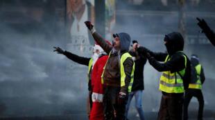 Integrantes de los 'chalecos amarillos' durante la manifestación del pasado 15 de diciembre en París, Francia.