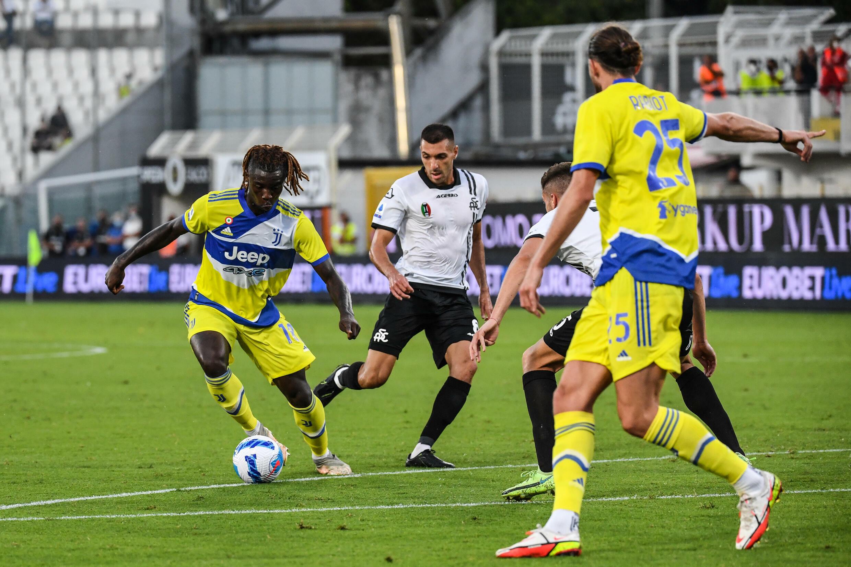 L'attaccante della Juventus Moise Kean (sinistra) si prepara ad aprire le marcature a La Spezia il 22 settembre 2021