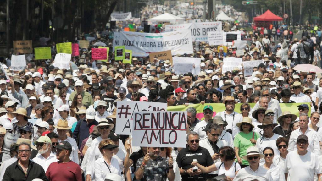 Manifestantes asisten a la primera gran movilización contra el gobierno del presidente de México, Andrés Manuel López Obrador, en la Ciudad de México, México, 5 de mayo de 2019.