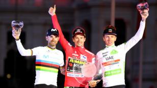 El ciclista esloveno Primož Roglič, celebra junto al español Alejandro Valverde y Tadej Pogačar (Eslovenia), tras coronarse como ganador de la Vuelta a España 2019. 15 de septiembre de 2019.