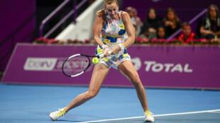 La checa Petra Kvitova devuelve la pelota a la bielorrusa Aryna Sabalenka en la final del torneo de tenis femenino de Doha, el 29 de febrero de 2020