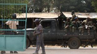 Des soldats mutins dans un véhicule à Bouaké, le 13 janvier 2017, lors d'une mutinerie.