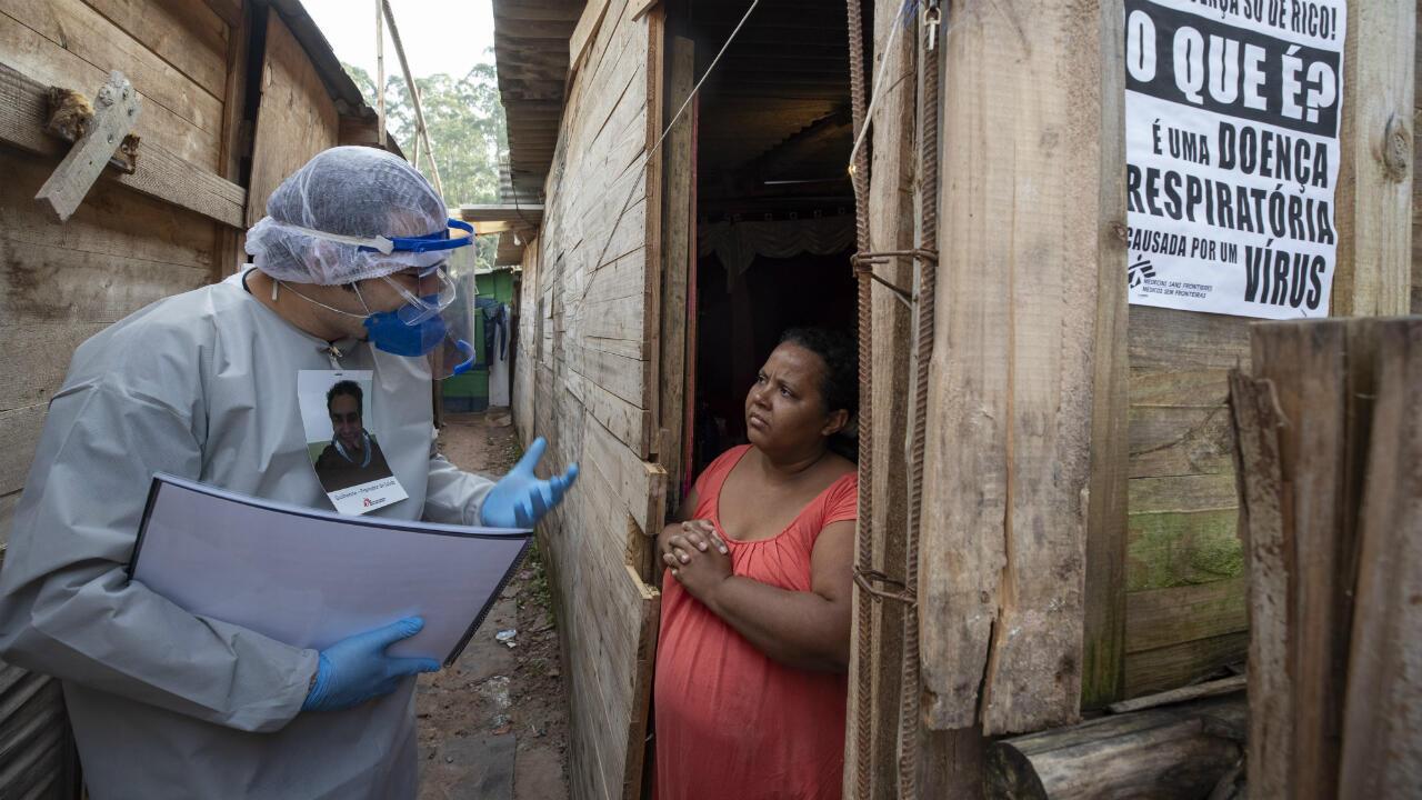 Trabajadores de salud de Médicos sin Fronteras visitan un asentamiento en Sao Bernardo do Campo, área metropolitana de Sao Paulo, Brasil, para realizar test de Covid-19. El 3 de junio de 2020.