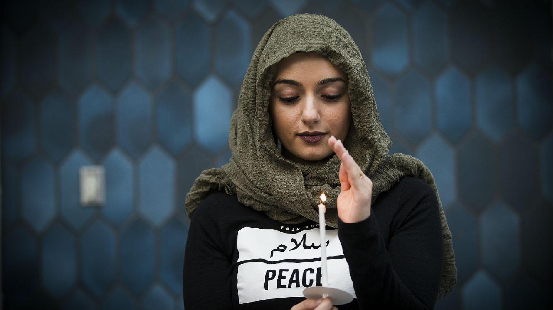 Une femme se recueille à Los Angeles pour rendre hommage aux victimes de l'attentat d'Orlando.