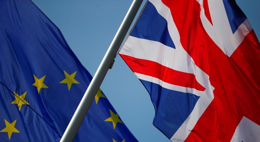 Archivo-Las banderas de la Unión Europea y el Reino Unido ondean frente a la sede de la cancillería alemana, antes de la visita de la entonces primera ministra británica, Theresa May, en Berlín, Alemania, el 9 de abril de 2019.