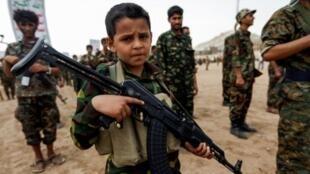 فتى يمني يحمل رشاشا خلال تجمع لمقاتلين جدد في صفوف الحوثيين في العاصمة صنعاء في 16 تموز/يوليو 2017