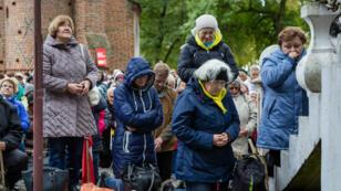 Des catholiques polonais priant à Koden, à la frontière entre la Pologne er le Bélarus, le 8 octobre 2017.