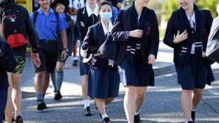 الطلاب يتجهون إلى المدرسة بعد فترة من التعليم عن بعد لمنع تفشي فيروس كورونا في بريسبان، أستراليا، 11 مايو/ أيار 2020.