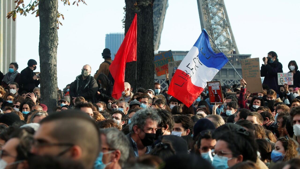 Archivo-Manifestantes contra el proyecto de ley que convertiría en delito la circulación de una imagen del rostro de un oficial de policía. En la plaza Trocadero, en París, Francia, el 21 de noviembre de 2020.