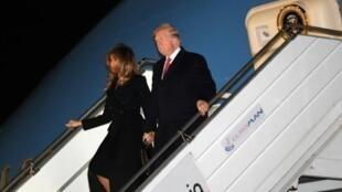 الرئيس الأمريكي دونالد ترامب وزوجته ميلانيا عند وصولهما إلى مطار أورلي في باريس في 9 تشرين الثاني/نوفمبر 2018