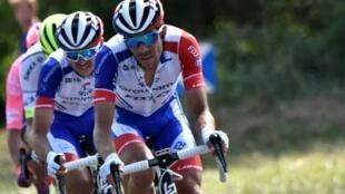 Le Français Thibaut Pinot dans le 2e groupe du peloton lors de la 10e étape du Tour de France entre Saint Flour et Albi, le 15 juillet 2019