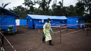 Un equipo de salud trabaja en una unidad de cuarentena contra el ébola en Muma (RDC) en junio de 2017.