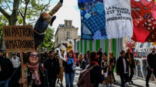 Ambiance bon enfant dans le cortège République-Nation, le 1er mai 2017 à Paris.