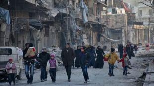 Des habitants de la partie est d'Alep fui les combats par le quartier de Bab al-Hadid, tout juste repris par l'armée syrienne.