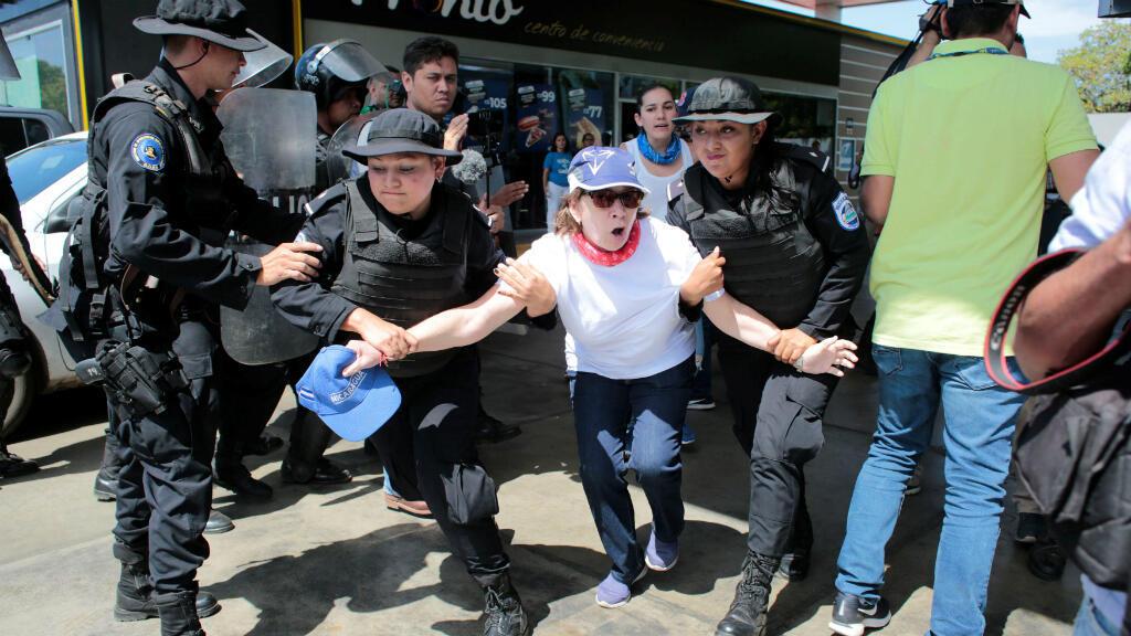 La policía detiene a una manifestante durante una protesta contra el presidente del Gobierno de Nicaragua. Managua, Nicaragua, el 16 de marzo de 2019.