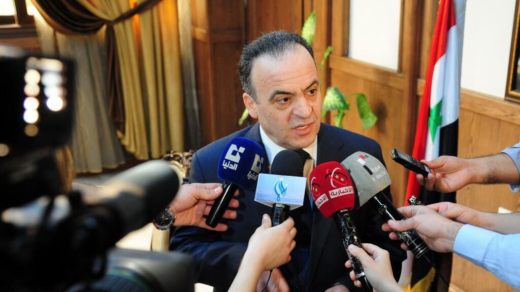 Esta foto de archivo tomada el 11 de mayo de 2013 muestra al entonces ministro de energía, Imad Khamis, respondiendo a las preguntas de los periodistas luego de una reunión en la capital siria, Damasco. Editada el 11 de junio de 2020.