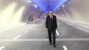 Le président turc Recep Tayyip Erdogan pose dans le tunnel Eurasie qui relie les deux rives du Bosphore lors de la cérémonie d'inauguration le 20 décembre 2016.