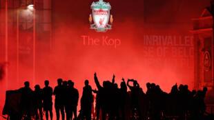 Des supporters de Liverpool célèbrent le titre de leur équipe devant le stade d'Anfield Road le 22 juillet 2020