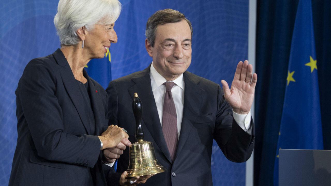 "Mario Draghi remet la traditionnelle ""clochette"" de la BCE à Christine Lagarde"