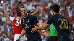 L'attaquant du Real Madrid Gareth Bale célèbre son but avec Marco Asensio, le 23 juillet 2019 à Landover, en banlieue de Washington.
