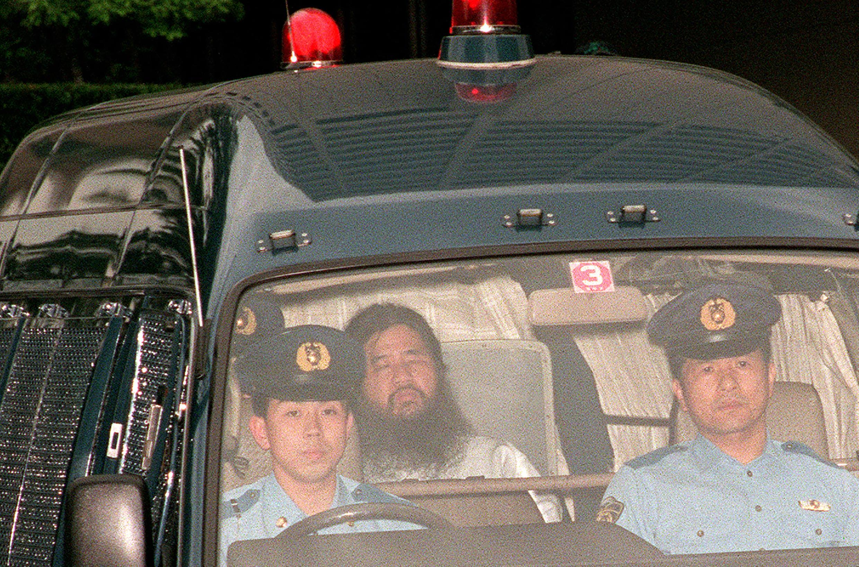 Shoko Asahara dans une voiture de police le 19 juillet 1995.