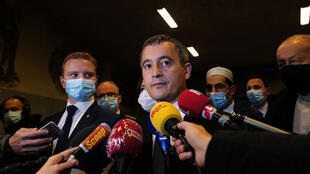 Le ministre de l'Intérieur Gérald Darmanin (C) en visite à Rillieux-la-Pape (Rhône) le 5 octobre 2020