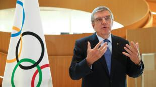 توماس باخ في مقر اللجنة الأولمبية الدولية بمدينة لوزان (سويسرا)، في 25 مارس/آذار 2020.