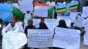 Des Burundais manifestent en soutien à leur gouvernement contre une enquête de l'ONU sur des violations des droits de l'Homme dans le pays, le 26 novembre 2016.